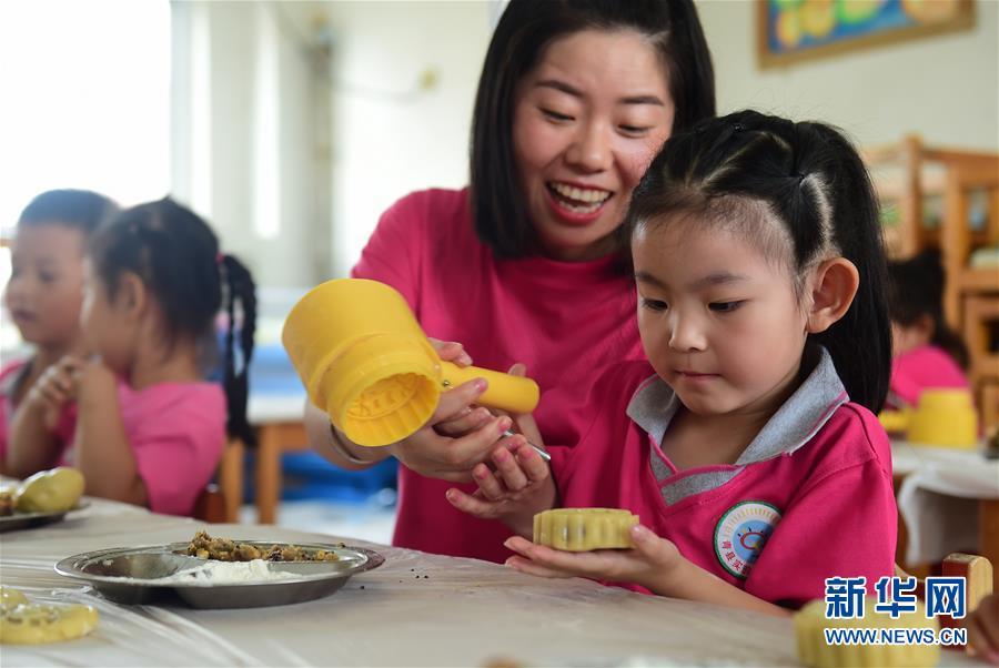 (社会)(1)河北沧州:小朋友学做月饼迎中秋