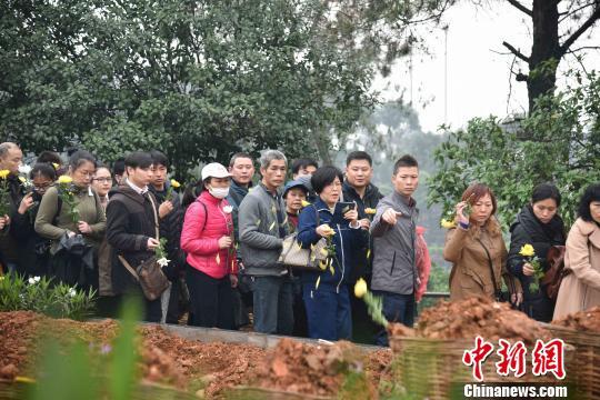 广西柳州免费为百余名逝者进行花葬让生命回归自然