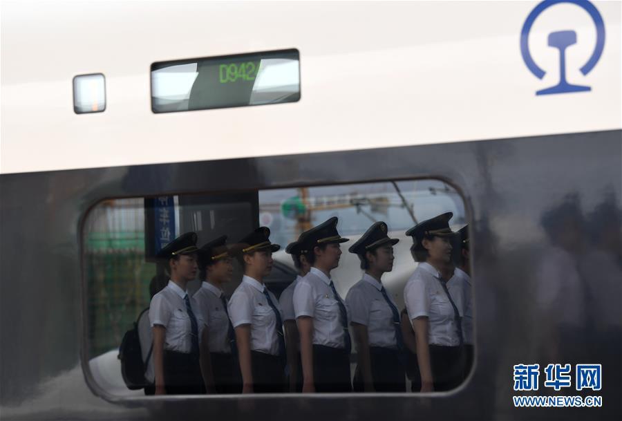 (社会)(6)国内铁路将迎来首批女动车组司机